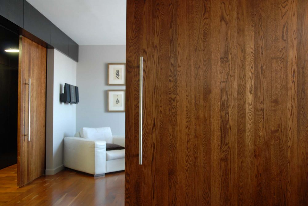 2 solid oak doors were fabricated on site and emphasize the solidity and overall quality in the project